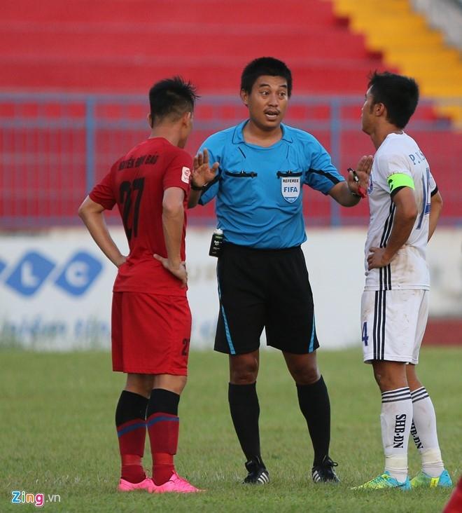 CDV Hai Phong lao xuong san doi 'an thua' voi trong tai hinh anh 5