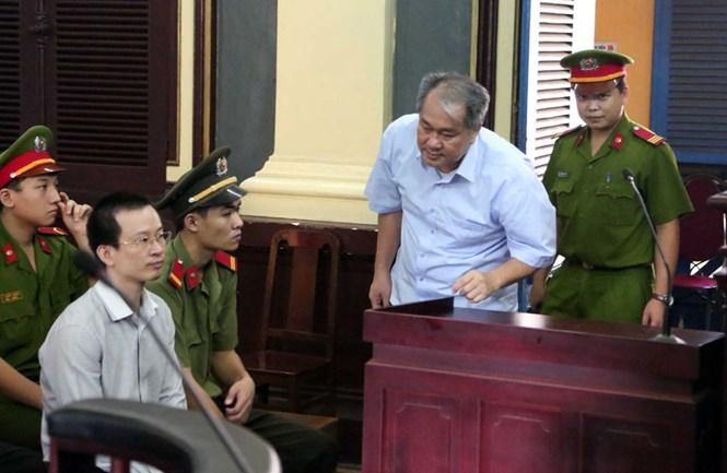 Bị cáo Quyết (ngồi) và Phạm Công Danh trước phiên xử ngày 22.7 /// Ảnh: Đào Ngọc Thạch