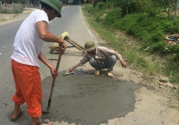 Hình ảnh ông Thỏa vá sửa đường QL70 đoạn qua huyện Bảo Thắng, tỉnh Lào Cai (ảnh: Facebook)