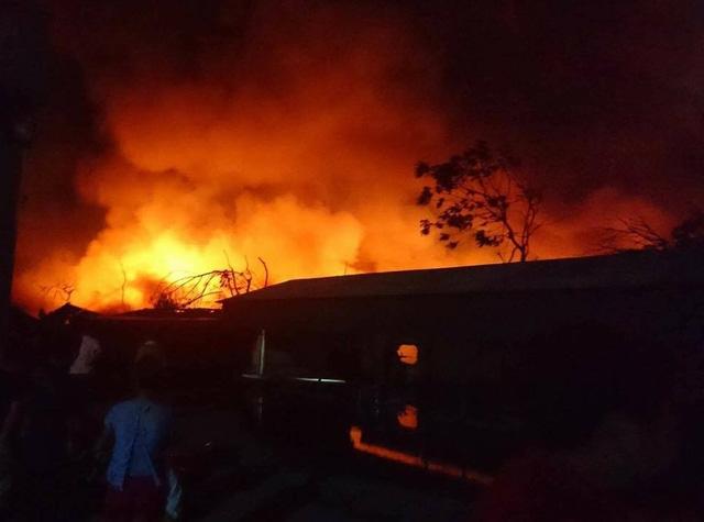 Lúc 23h45, lực lượng PCCC đã khống chế được một phần ngọn lửa sau 4 tiếng nỗ lực.
