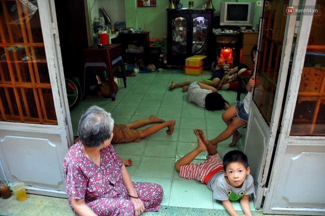 Mẹ bỏ đi, 11 anh em chen chúc sống trong căn nhà chật hẹp ở Sài Gòn - Ảnh 1.