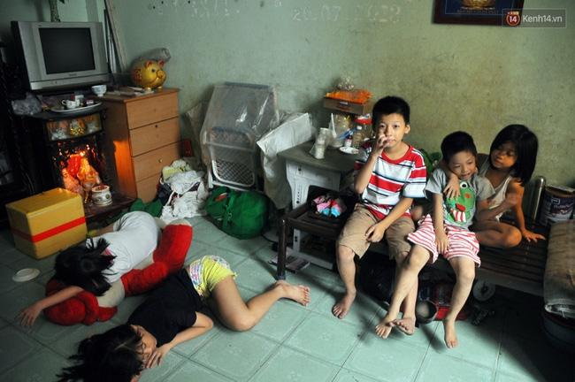 Mẹ bỏ đi, 11 anh em chen chúc sống trong căn nhà chật hẹp ở Sài Gòn - Ảnh 2.