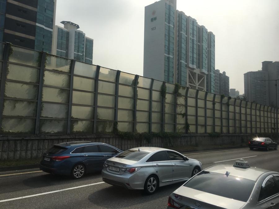 Những chung cư ở Thủ đô Seol - Hàn Quốc nếu gần đường giao thông đều buộc phải có tấm chắn không để tiếng ồn ảnh hưởng đến cư dân