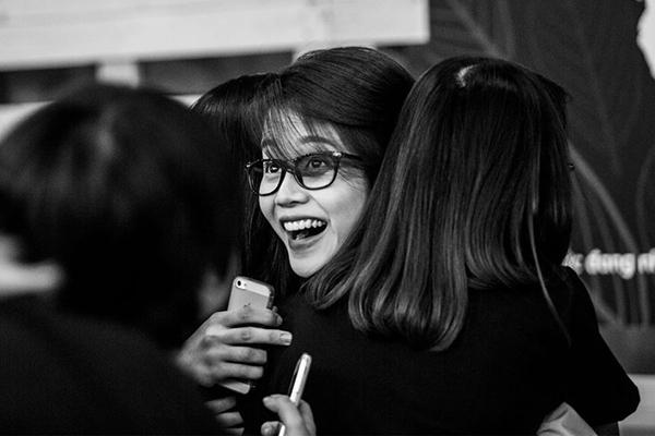 Nụ cười rạng rỡ, hạnh phúc của An Nguy trong vòng tay người hâm mộ.
