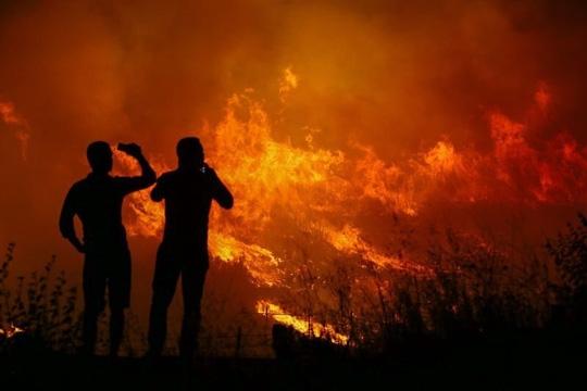 Đám cháy bùng phát dữ dội và lan nhanh sang căn cứ NATO gần đó. Ảnh: Instagram, Ragip Soylu