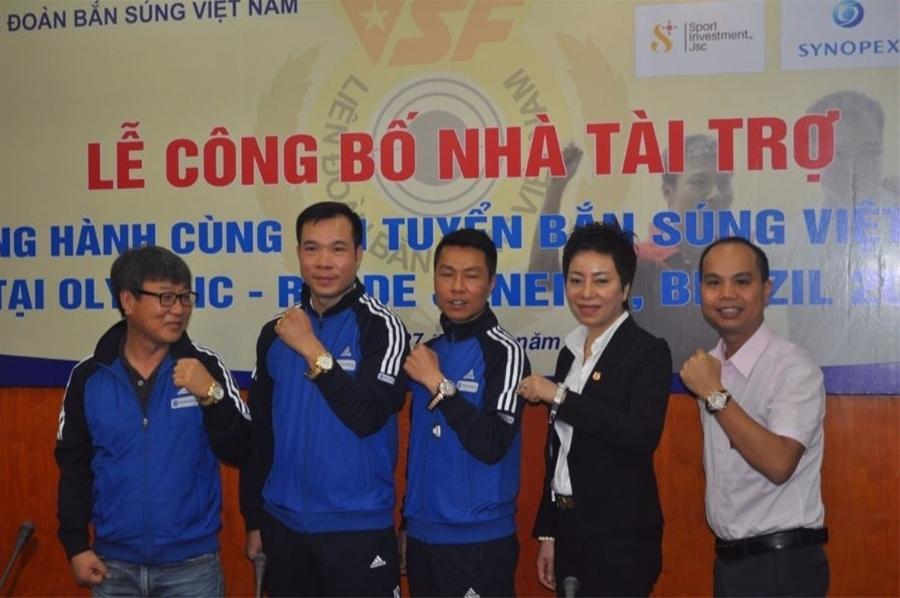 Hoàng Xuân Vinh và đồng đội chụp cùng ông Bùi Tuấn Minh –đại diện thương hiệu Galle  Watch.