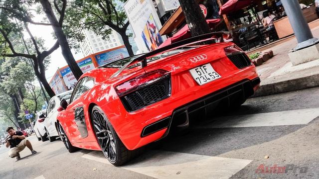 Siêu xe mới nhất của thiếu gia Phan Thành là Audi R8 V10 Plus cũng không thể thiếu vắng trên đường phố Sài Gòn.