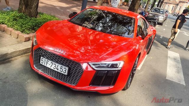 Audi R8 V10 Plus sở hữu động cơ dung tích 5.2 lít công suất 602 mã lực, cho khả năng tăng tốc 0-100 km/h chỉ 2,9 giây.