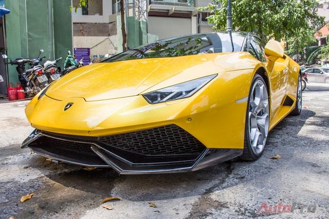 Anh được cho là cầm lái chiếc siêu xe Ý và dạo quanh một số tuyến phố chính của Sài Gòn.