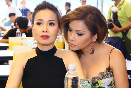 Cẩm Ly và Minh Tuyết tâm sự trong buổi họp báo.