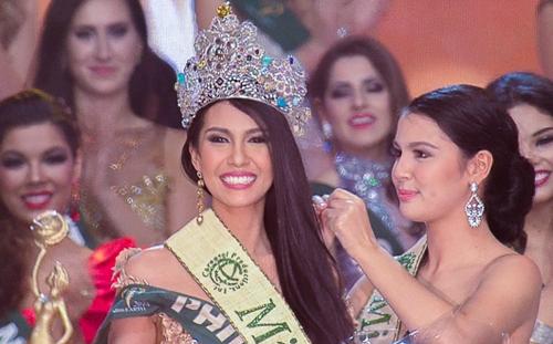 Người đẹp Angelia Ong của Philippines được xướng tên ở ngôi vị cao nhất. Cô vượt qua 85 thí sinh để nhận vương miện từ Hoa hậu Trái đất 2014, Jamie Herrell (phải).