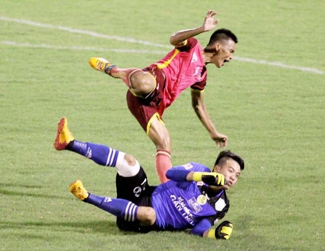 Duy Long (trên) nhảy né cú tấn công của Bửu Ngọc /// Dương Thu