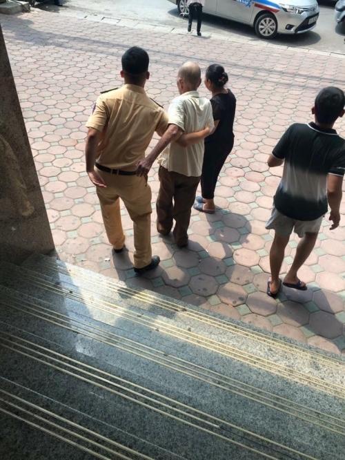 Cảm kích hành động đẹp của chiến sĩ CSGT với cụ ông trên phố Hà Nội - Ảnh 2