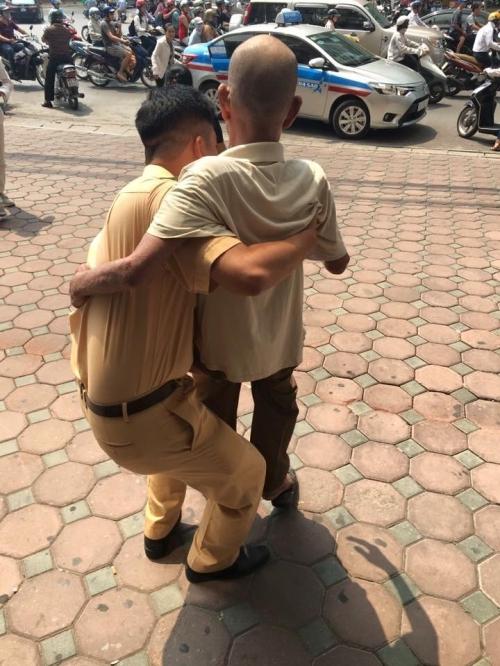 Cảm kích hành động đẹp của chiến sĩ CSGT với cụ ông trên phố Hà Nội - Ảnh 3