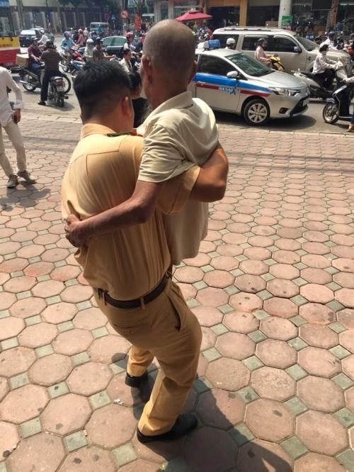 Cảm kích hành động đẹp của chiến sĩ CSGT với cụ ông trên phố Hà Nội - Ảnh 4