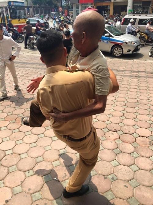 Cảm kích hành động đẹp của chiến sĩ CSGT với cụ ông trên phố Hà Nội - Ảnh 5