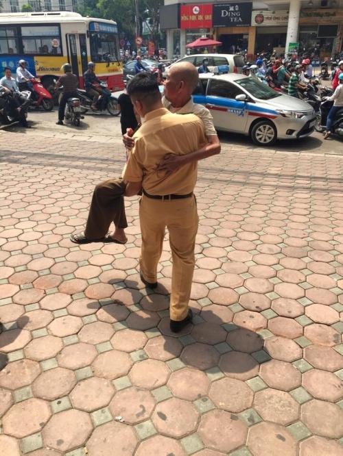 Cảm kích hành động đẹp của chiến sĩ CSGT với cụ ông trên phố Hà Nội - Ảnh 6