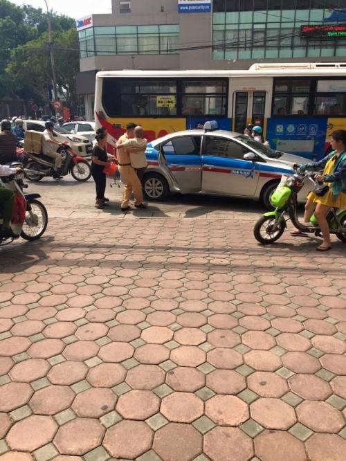 Cảm kích hành động đẹp của chiến sĩ CSGT với cụ ông trên phố Hà Nội - Ảnh 7