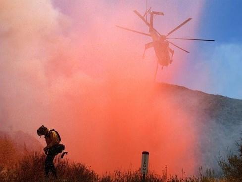 Cháy rừng dữ dội ở Mỹ, hàng chục ngàn người sơ tán - ảnh 1