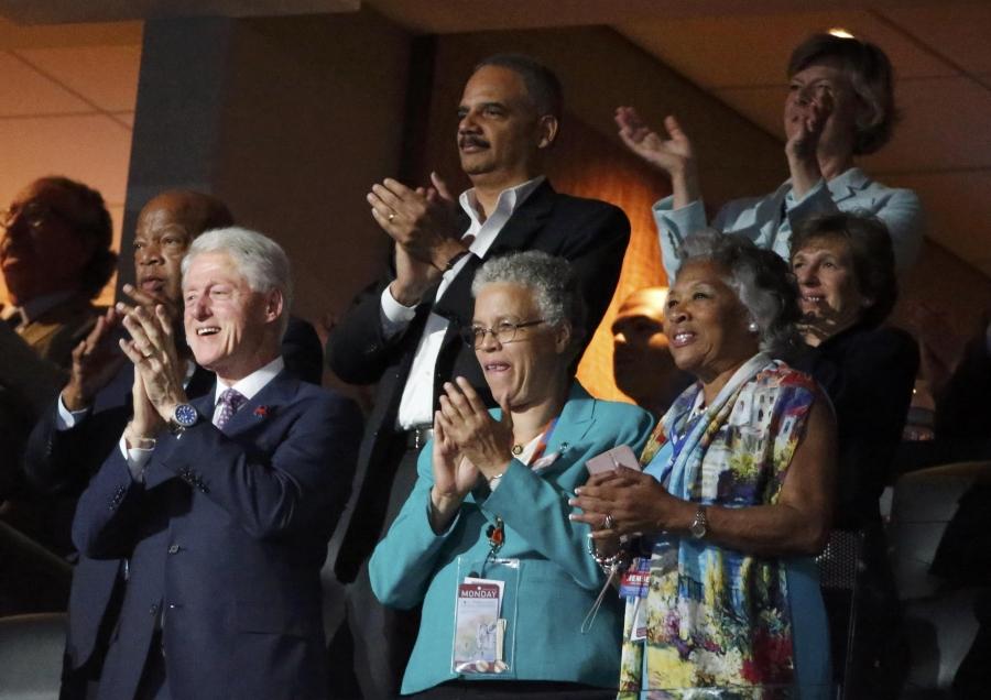 Cựu Tổng thống Bill Clinton (ngoài cùng hàng dưới bên trái) đứng dậy vỗ tay sau khi bà Obama kết thúc bài phát biểu (Ảnh: Reuters)