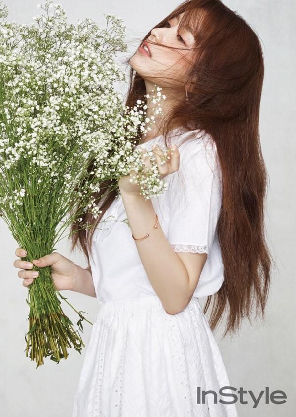 Kieu nu co trang xu Han do sac voi hoa hinh anh 2