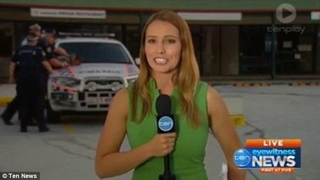 Bản tin ngắn của kênh tin tức Ten News (Úc) đã vô tình ghi lại cảnh một người đàn ông bị cảnh sát khống chế và bắt giữ ngay phía hậu cảnh của bản tin. Dù có sự việc ồn ào xảy ra, nhưng nữ phóng viên đang lên hình trực tiếp vẫn không hề bị xao lãng.