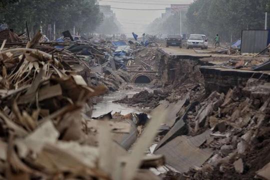 Đường phố bị phá huỷ sau trận lũ hôm 23-7 ở thành phố Hình Đài, tỉnh Hà Bắc - Trung Quốc. Ảnh: Reuters