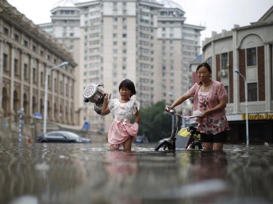 Cuộc sống người dân Thiên Tân gặp nhiều khó khăn vì mưa lũ. Ảnh: AP