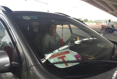 Tước hàng loạt phù hiệu Bộ Công an gắn trên ô tô tư nhân - ảnh 2
