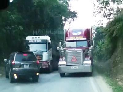 Clip: Ôtô thoát chết thần kỳ khi tránh xe container vượt ẩu trên đèo