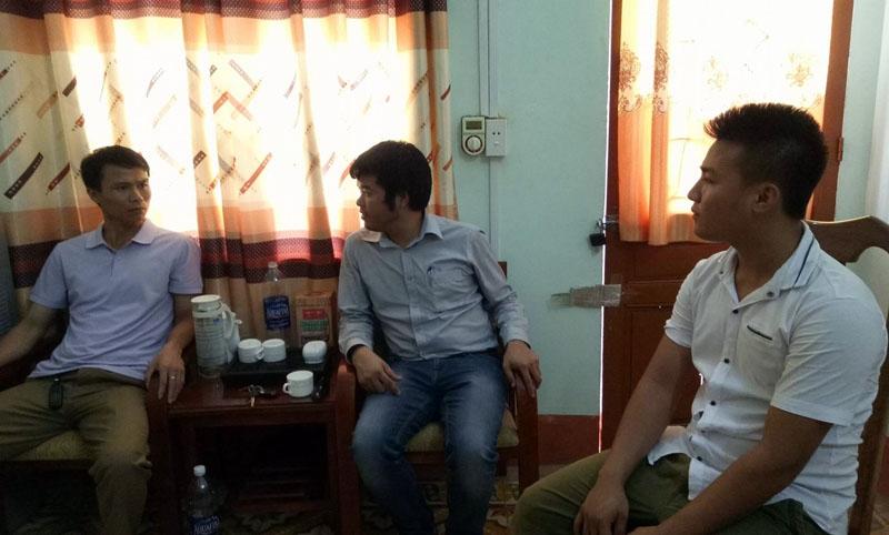 Anh Nguyễn Xuân Hùng (bìa phải) cùng PV Dân trí tới Công an huyện Kỳ Anh cung cấp thêm các tình tiết vụ việc cho cơ quan điều tra. Anh Hùng cam kết chịu trách nhiệm về lời khai của mình.