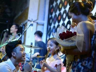 Màn cầu hôn lãng mạn của cặp đôi Hà thành sau 5 năm bên nhau