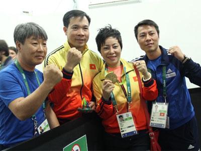 Lãnh đạo ngành quân đội, thể thao ra sân bay đón Hoàng Xuân Vinh