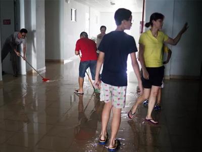 Hà Nội: Bục bể nước trên nóc khiến 11 tầng chung cư ngập trong nước, thang máy tê liệt