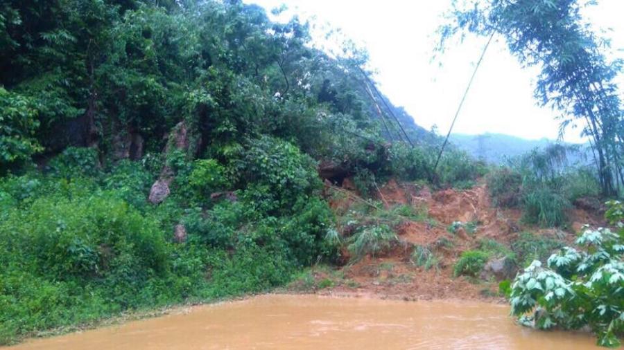 Đất, đá đã ngậm đủ nước sau trận mưa lớn kéo dài, độ kết dính kém là nguyên nhân dẫn đến sạt lở.