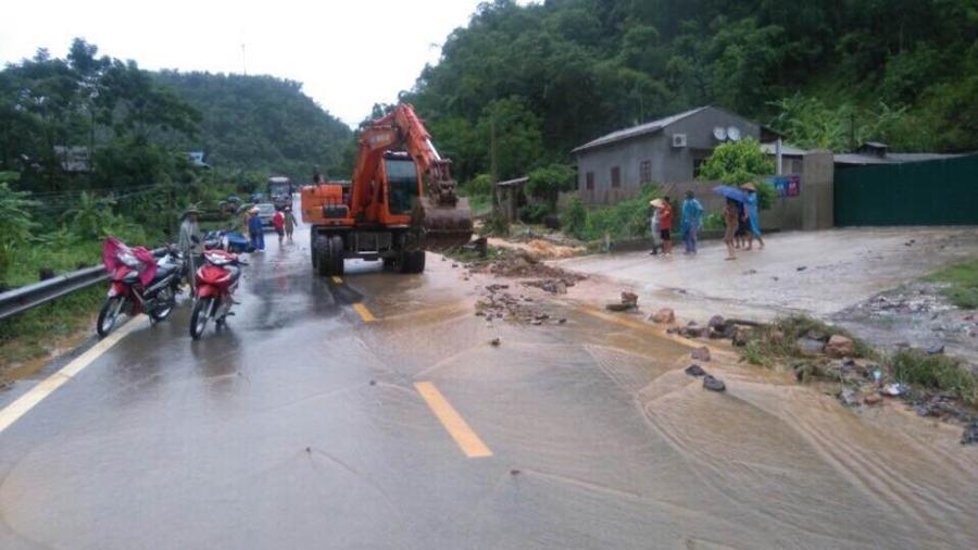 Máy xúc được huy động đến hiện trường để khắc phục sự cố sạt lở đất trên quốc lộ 6.