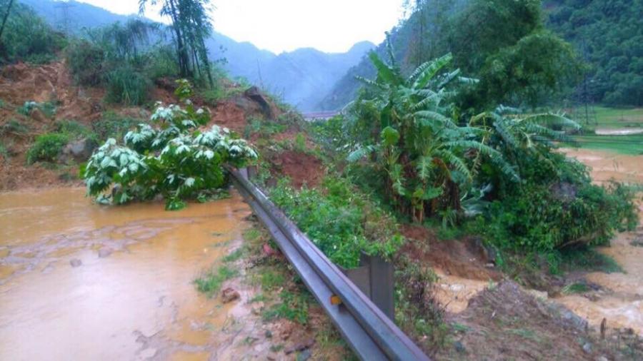 Đất, đá đã chặt đứt 1 đoạn đường trên quốc lộ 6, giao thông tê liệt ít nhất 2 ngày.