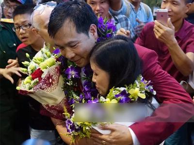 Nhà vô địch Olympic Hoàng Xuân Vinh được chào đón như người hùng tại sân bay Nội Bài