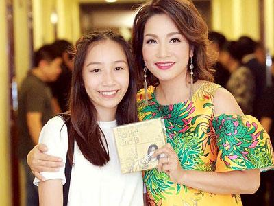 Con gái út Mỹ Linh mang album làm quà tặng 4 diva nhạc Việt