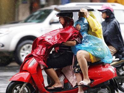 Công sở, trường học Hà Nội khẩn cấp di tản vì bão Dianmu
