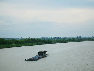 Phát hiện một phần tử thi đang phân hủy mạnh bên bờ sông