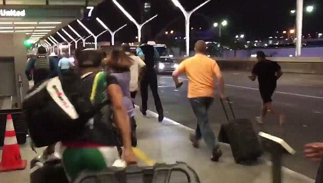 NÓNG: Xả súng tại sân bay quốc tế Los Angeles, Mỹ - Ảnh 1.