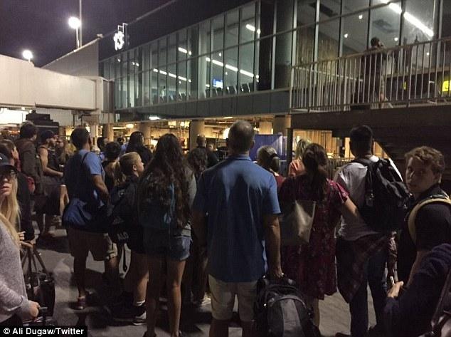 NÓNG: Xả súng tại sân bay quốc tế Los Angeles, Mỹ - Ảnh 4.