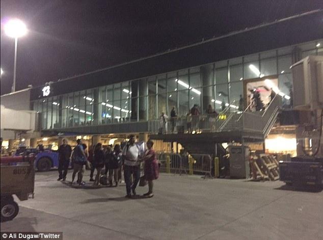 NÓNG: Xả súng tại sân bay quốc tế Los Angeles, Mỹ - Ảnh 5.