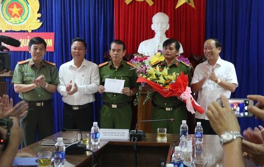 Ông Đinh Văn Thu (bìa phải) thưởng nóng cho Ban chuyên án