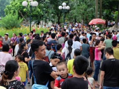 Hà Nội: Hàng ngàn người xếp hàng vào lăng viếng Bác, các điểm vui chơi chật kín người ngày 2/9