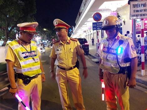 Cận cảnh áo và gậy đèn LED nhập từ Hong Kong của CSGT Hà Nội - Ảnh 2.
