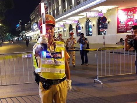 Cận cảnh áo và gậy đèn LED nhập từ Hong Kong của CSGT Hà Nội - Ảnh 3.