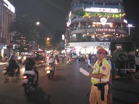 Cận cảnh áo và gậy đèn LED nhập từ Hong Kong của CSGT Hà Nội - Ảnh 4.