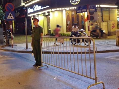 Cận cảnh áo và gậy đèn LED nhập từ Hong Kong của CSGT Hà Nội - Ảnh 5.